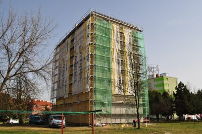 Výmena strešnej krytiny na oboch bytových domoch, rekonštrukcia komínov na ľavom bytovom dome - Svit