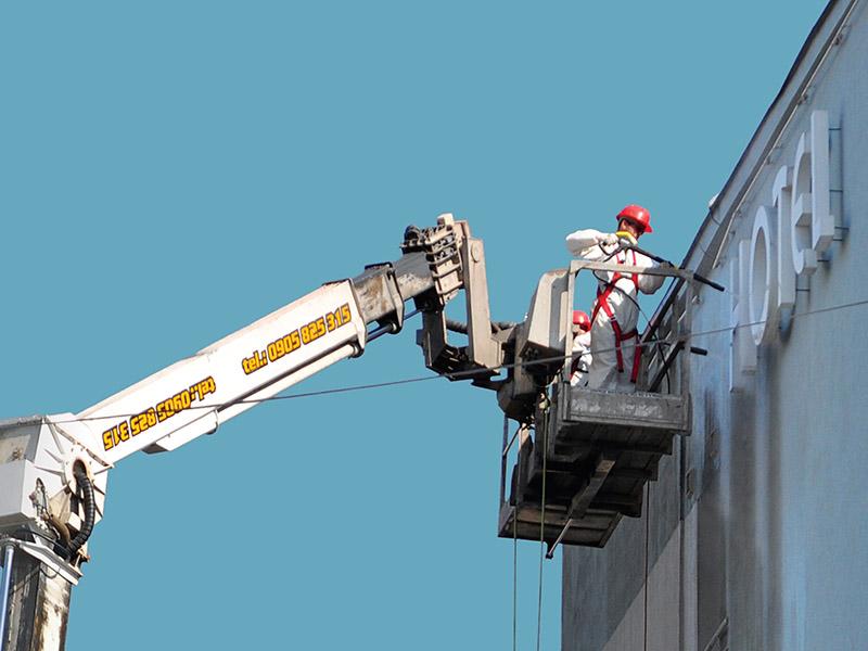 Čistenie fasády na vysokozdvižnej plošine
